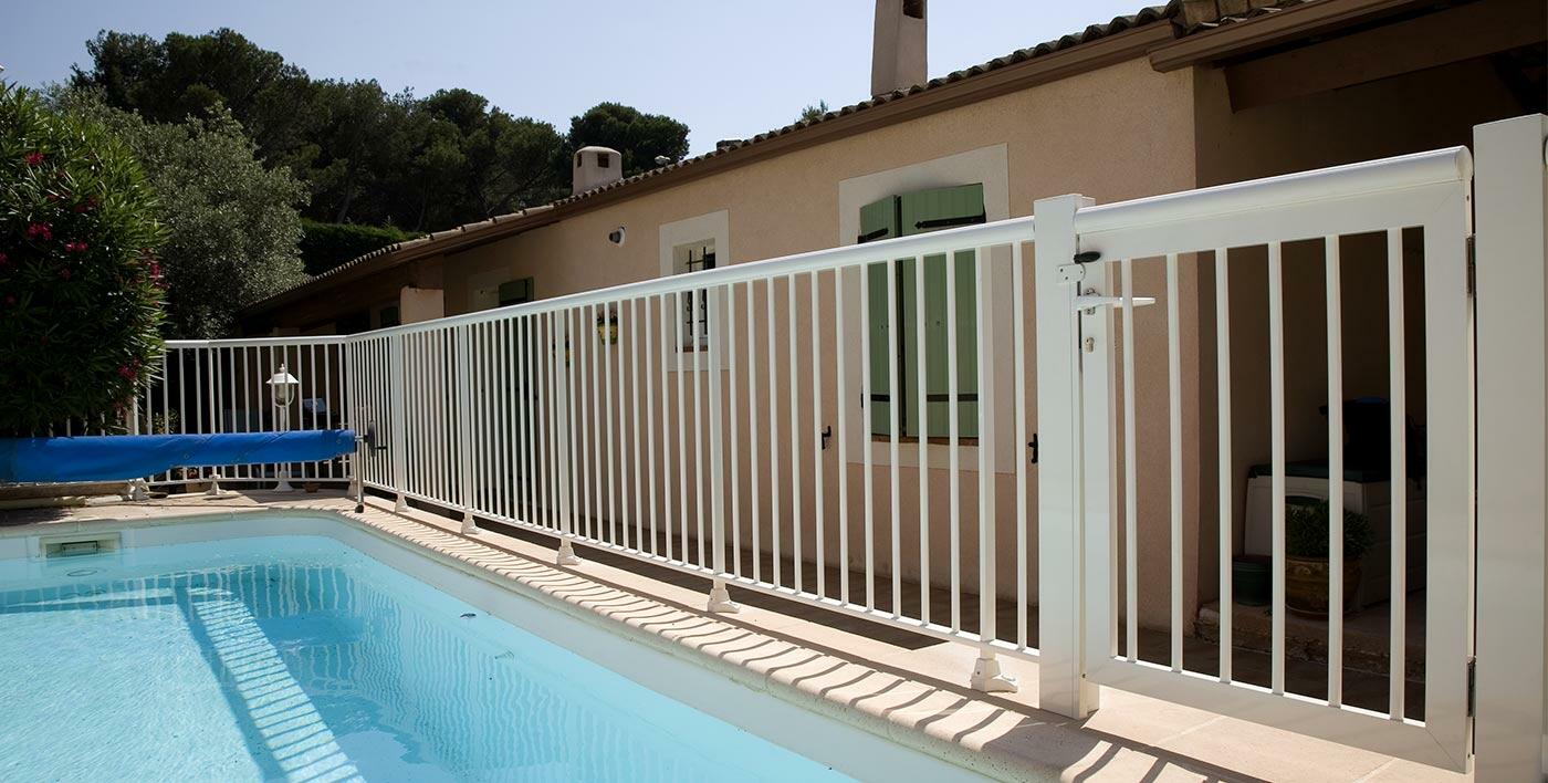 Barri re de piscine aluminium macassar garde corps for Barriere de piscine