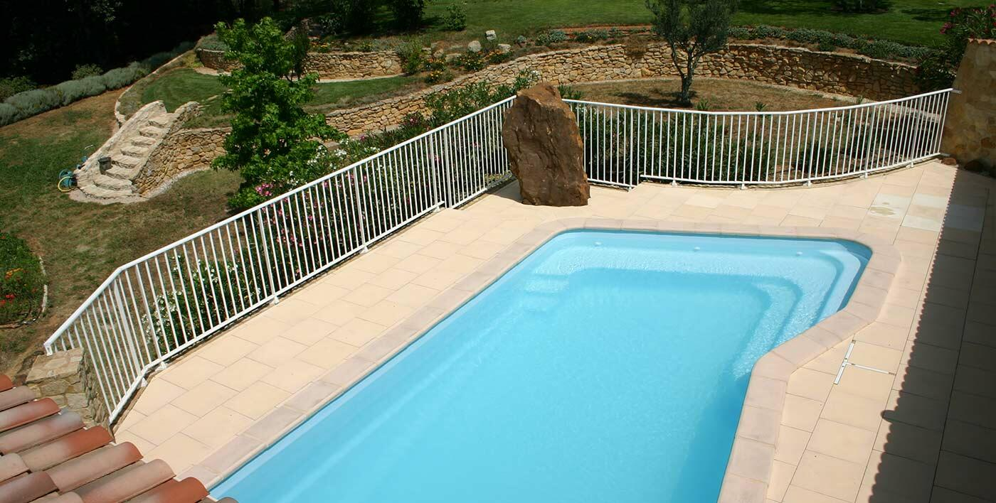 Barri re de piscine aluminium macassar garde corps for Barriere de piscine demontable